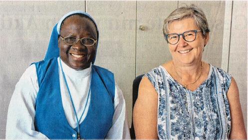 """Von Gott berufen, Kindern u helfen: Schwester Mary mit ihrer Freundin Marianne Mayer, die seit Jahren afs zweite Vorsitzende im Verein """"Madonna Angels"""" tätig ist- und das Waisenhaus in Nigeria schon besucht hat."""