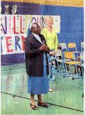 Schwester Mary bedankt sich gemeinsam mit lrmi Glas vom Förderverein bei den Unterstützern.